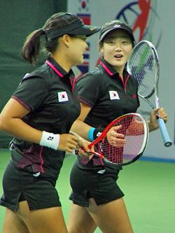 世界選手権団体戦準決勝の台湾戦で。シングルスに優勝したジヨンだが、団体戦ではチュオクと組みトップに出場。