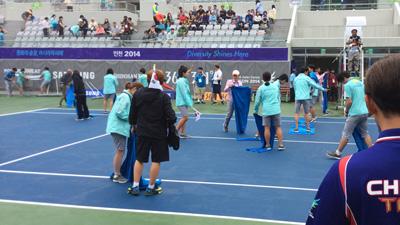 2014アジア競技大会ヨルムルテニスセンターでの水取り風景、