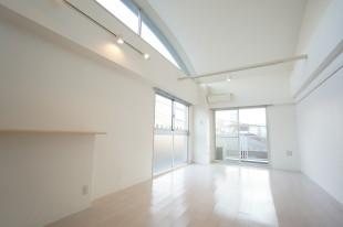 【募集終了】神楽坂3分。天井高最大3.8mの開放的SOHO。