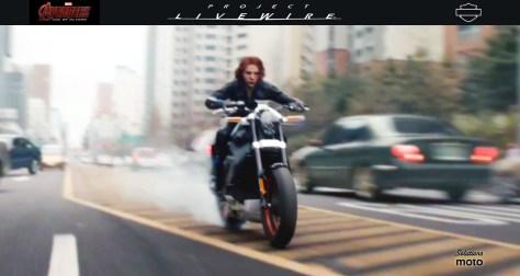 Black Widow, interprétée par Scarlett Johansson dans le film Avengers Initiative, roule sur un prototype de moto électrique Live Wire de Harley-Davidson