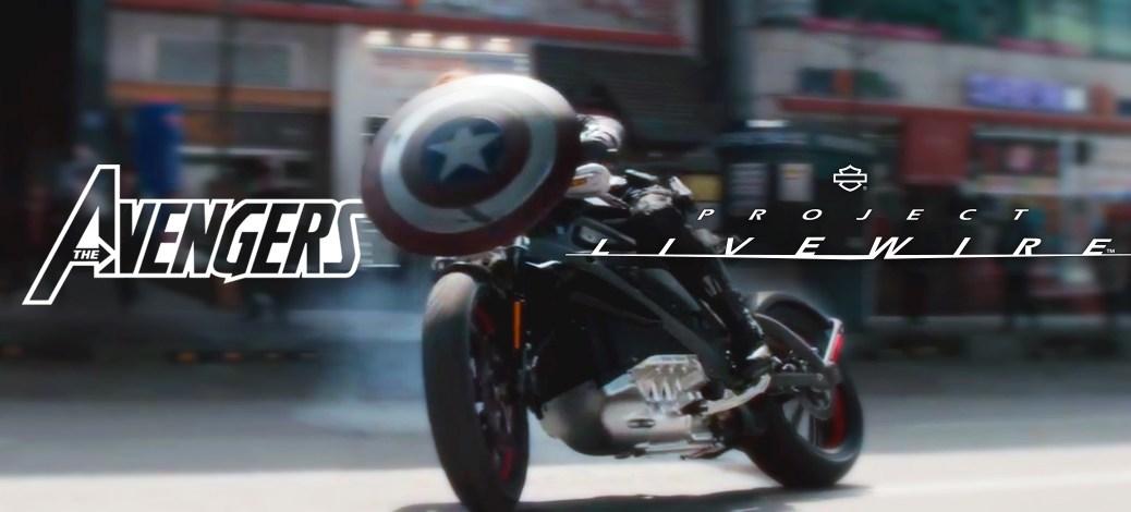 Capitaine América en moto électrique