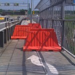 Obstacle (chicane) créé par trois murets oranges pour ralentir les cyclistes sur la piste cyclable pont Jacques Cartier