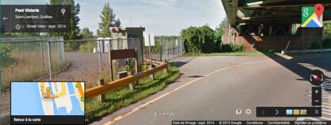 Vue de la barrière qui sépare la chaussée du pont Victoria de la route de la voie maritime qui mène à l'estacade du pont Champlain