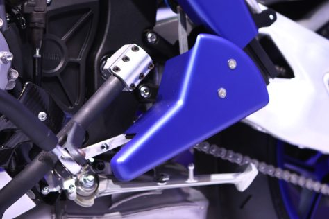 Le levier de vitesse de la R1 adapté pour le pieds motorisé de MotoBot
