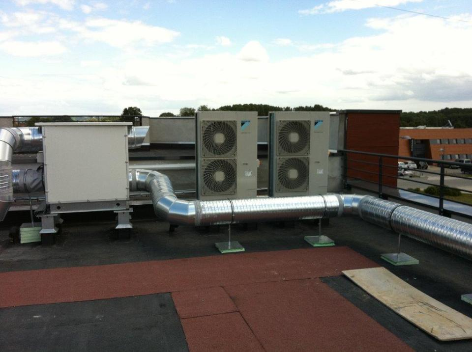 Ensemble de pompe a chaleur sur plancher chauffant rafraichissant et centrale d'air hygiénique double flux pour un immeuble de bureaux