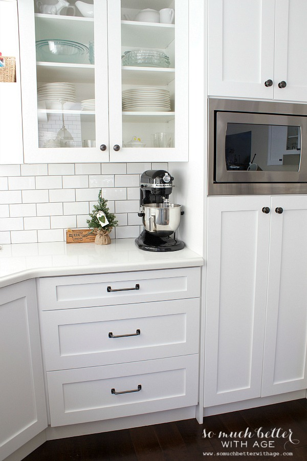White kitchen industrial style | somuchbetterwithage.com