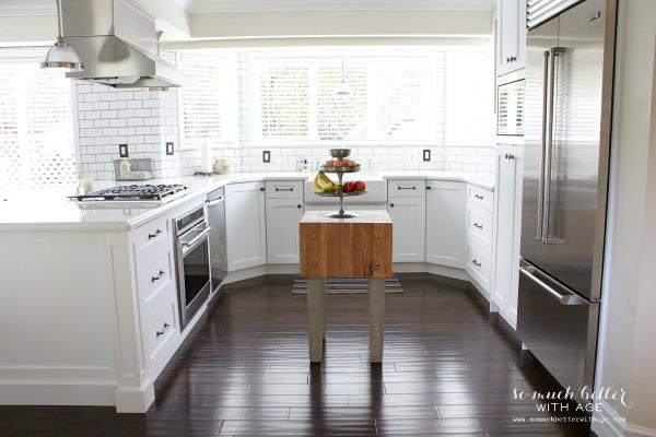 White kitchen / Industrial Vintage French kitchen | somuchbetterwithage.com