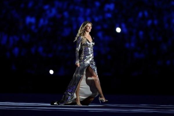 """Foto/Reprodução Gisele Bündchen desfila ao som de """"Garota de Ipanema"""" na abertura das olimpíadas."""