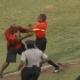 Video: Aficionado entra a la cancha y golpea a juez de línea