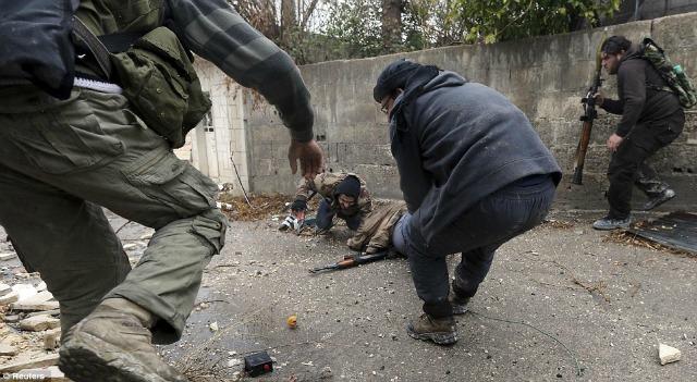 Momentos tensos en los que, entre el fuego enemigo, se ayuda a un camarada caído.