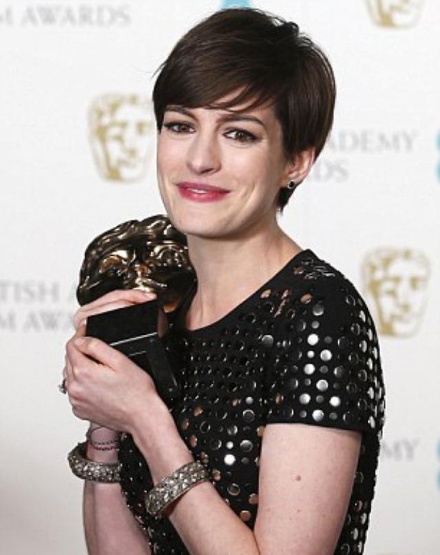 """Mejor actriz de reparto fue Anne Hathaway por """"Les Miserables""""."""