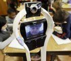 Niño toma sus clases por medio de un robot