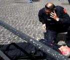 Hombre balea a carabineros durante toma de protesta del nuevo gabinete italiano
