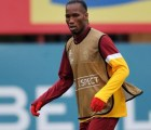 Aficionado entra el entrenamiento del Galatasaray y casi lesiona a Didier Drogba