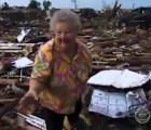 Mientras la entrevistan, una mujer encontró a su perro en los restos que dejó el tornado de Oklahoma