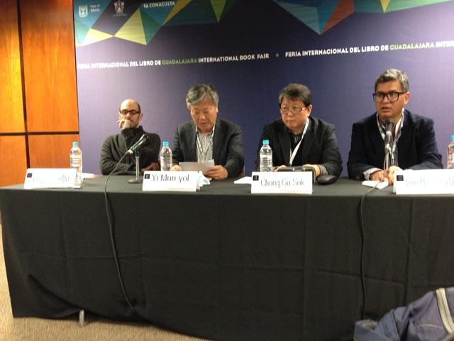 El escritor surcoreano Yi Mun-yol en la FIL de Guadalajara.