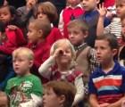 Así sorprendió una niña a sus papás sordos, durante el concierto navideño de su escuela