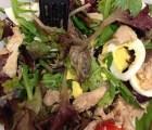 Encuentra una rana muerta en su ensalada