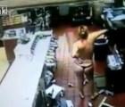 WTF?!?! Mujer desnuda intenta destruir un McDonald's