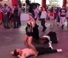 "A una bailarina de Las Vegas ""le ganó"" en pleno show"