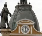 ¿Por qué este reloj en Bolivia corre hacia la izquierda?