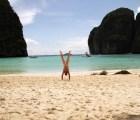 WTF?!?! Se fotografía desnudo y parado de manos en distintas partes del mundo