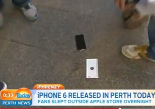 Video: compró el primer iPhone 6 y se le cayó de la emoción