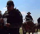 Jóvenes grabaron cuando un policía de Cuautitlán les sembraba marihuana