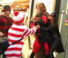 Mr. Increíble golpea a Batichica y hace enojar a Chewbacca, Freddy Krueger y Wally