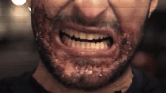 """Video: Un imitador de Luis Suárez asusta a transeúntes con sus feroces """"mordidas"""""""