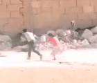 ¿El héroe del año? Niño sirio arriesga su vida para salvar a su hermana, durante ataque de francotiradores