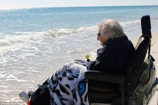 A escasas semanas de cumplir 101 años, mujer conoce el mar