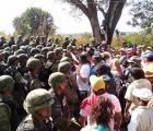 Militares bloquean marcha en Ayutla para exigir salida del Ejército
