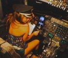 Por andar de galán, piloto dejó mando a chica, es despedido