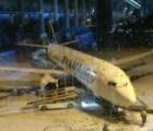 Pasajeros se sacan de onda por pene gigante de nieve en aeropuerto