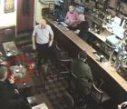 ¿Fantasma hace explotar el vaso de cliente en un bar?