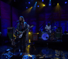 "Ve y escucha a Tame Impala tocar ""Let It Happen"" con Conan O'Brien"