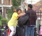 Madre sacó a golpes a su hijo de los disturbios en Baltimore