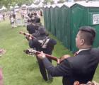 ¿Qué hacen unos mariachis en los baños de un festival musical?