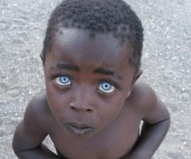 niño ojos zafiro