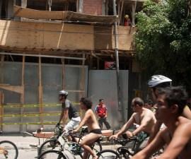 MÉXICO, D.F., 08JUNIO2013.- Decenas de personas se reunieron a las puertas del Bosque de Chapultepec a la altura de la Puerta de los Leones para pedalear desnudos en la 8va Rodada Nudista, desde ese punto hasta el Zócalo, en este punto declararon su vulnerabilidad ante los autos y pidieron mayor difusión vial para acrecentar la cultura vial, hecho esto tomaron Pino Suárez y doblaron en Arcos de Belem, Avenida Chapultepec y terminaron en la Plaza Rio de Janeiro. FOTO: FRANCISCO RODRÍGUEZ /CUARTOSCURO.COM