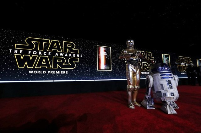 "C-3PO (L) and R2-D2 arrive at the world premiere of the film ""Star Wars: The Force Awakens"" in Hollywood, California, December 14, 2015. REUTERS/Mario Anzuoni"