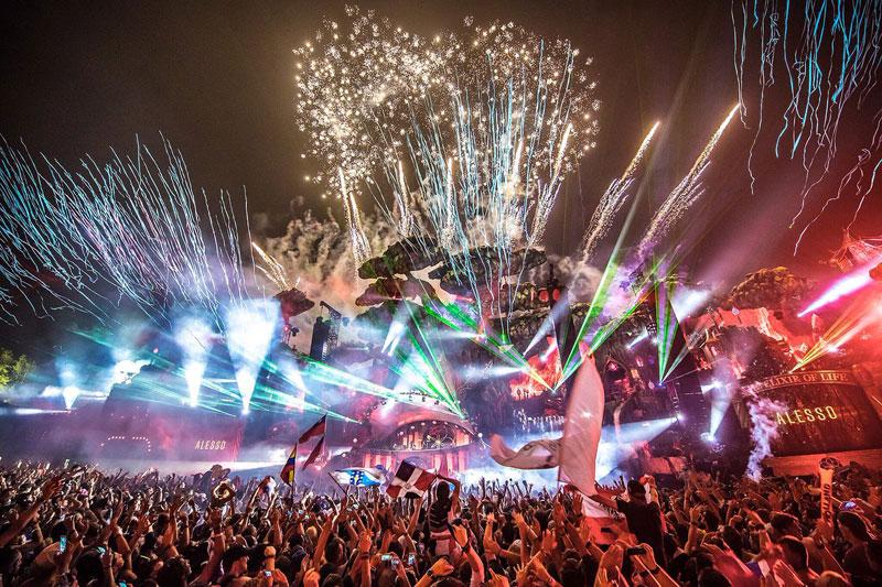 Tomorrowland-2016-Escenario-Pirotecnia-Noche