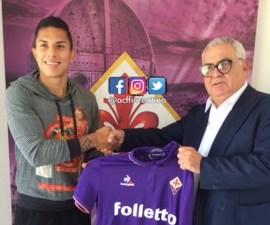Carlos Salcedo durante la presentación con su nuevo equipo, la Fiorentina
