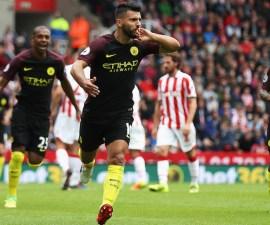 Sergio Agüero mientras celebra un gol