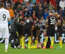 Kevin de Bruyne se lesionó en el juego del Swansea y no podrá jugar un mes