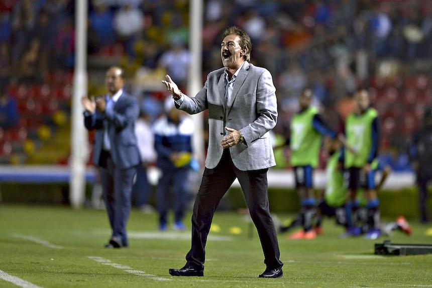 Ricardo La Volpe dirigiendo a Jaguares