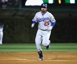 Adrián González corre