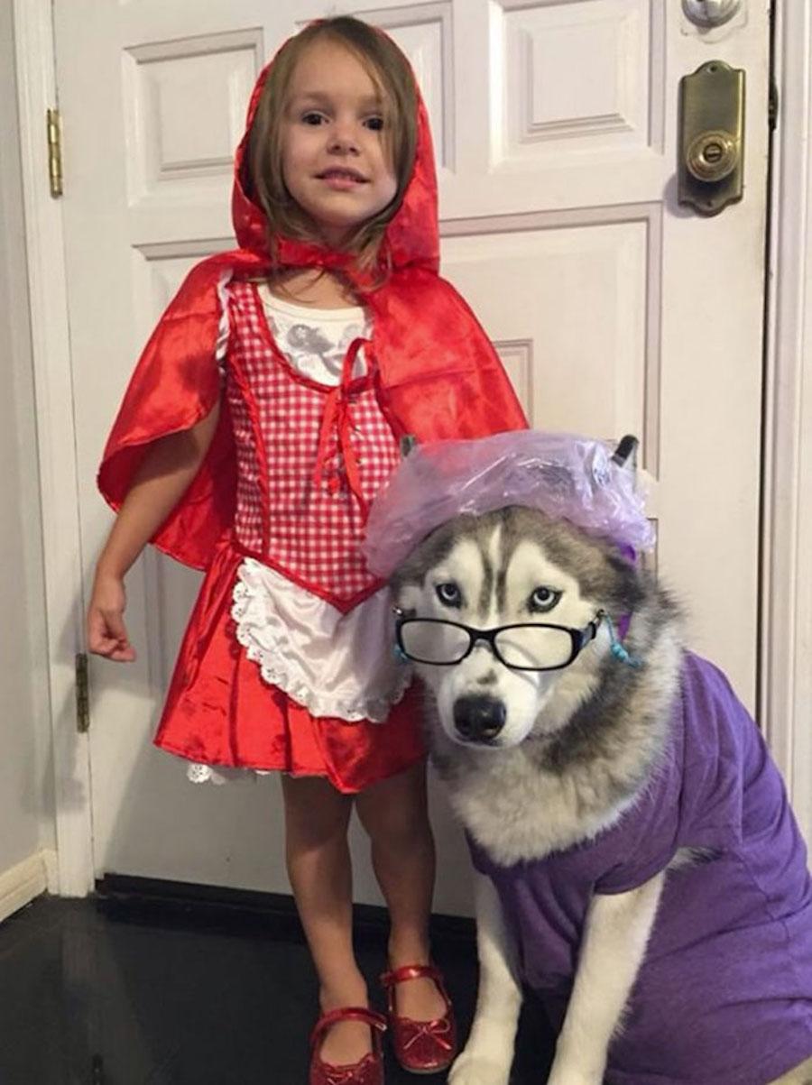 Disfraz de una niña y su perro