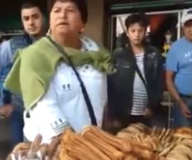 Le quieren quitar su puesto y mercancía a #LadyChurros y ella reacciona arrojándoles empanadas y churros